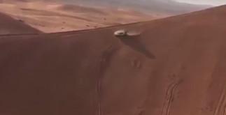 Автомобиль дрейфует через песчаные дюны