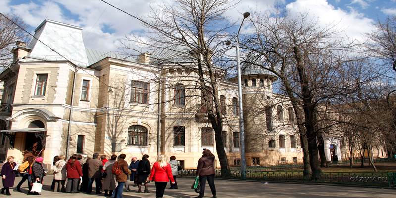 Там в переулочках, где Чистые пруды, где жив еще уют Московский