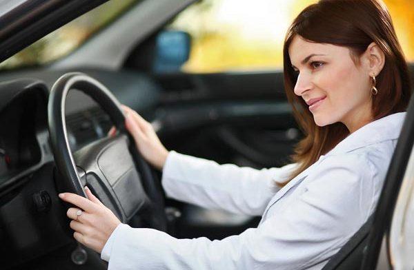 В чем ездит за рулем авто леди?